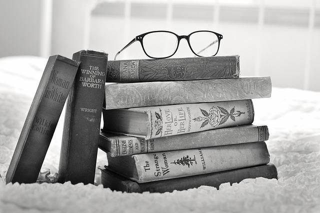 stoh knih a brýle