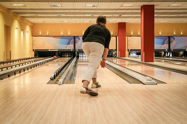 žena hrající bowling