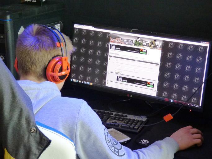 muž před monitorem