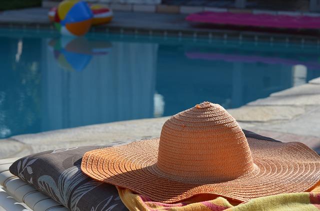 sluneční klobouk u bazénu