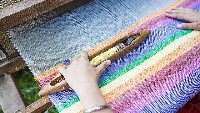 žena pracující na tkalcovském stavu