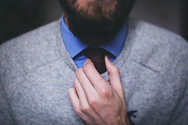 muž a kravata